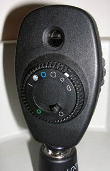 אופתלמוסקופ ישיר המשמש לבדיקת הרשתית ועצב הראיה
