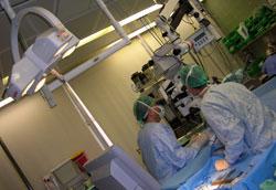 מבט לתוך חדר-ניתוח עיניים בבית-החולים הדסה עין-כרם