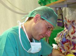 פרופ' בלומנטל מתעד את פרטי הניתוח בסיומו