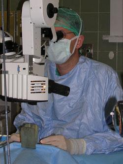 צילום של מנתח בזמן ניתוח עיניים- קטרקט
