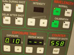 לוח המכוונים של מכשיר לייזר המשמש ברפואת עיניים