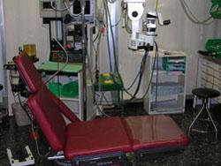 חדר ניתוח לניתוחי עיניים - המדגים חלק מהציוד שישמש לניתוחי עיניים