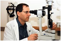 פרופ' איתן בלומנטל בודק חולה באמצעות מנורת-סדק, במרפאת גלאוקומה וקטרקט בבית-החולים הדסה עין-כרם שבירושלים